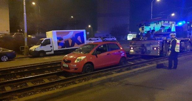 Řidič skončil s autem zaklíněný v kolejišti (20. února 2021).