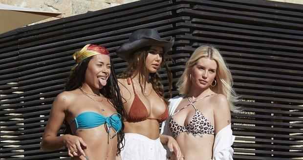 Modelky Lottie Moss, Sahara Ray a Blithe Saxon se fotily u bazénu