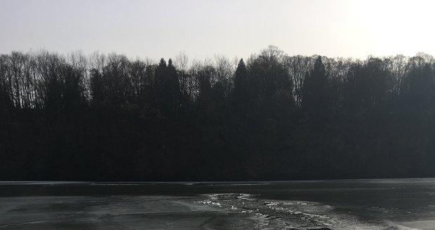 Pod Honzou se na Džbánu v Praze 6 propadl led, v ledové vodě bojoval o život 30 minut, než se dostal na břeh. (22. 2. 2021)
