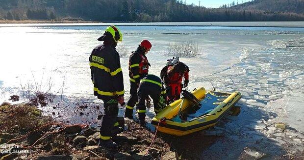 Lindsey (†35), manželka kapitána třineckých Ocelářů Petra Vrány, se utopila ve vodní nádrži Slezská Harta. Probořil se pod ní led, když zachraňovala psa. Bohužel ani záchranáři ji nedokázali pomoci.