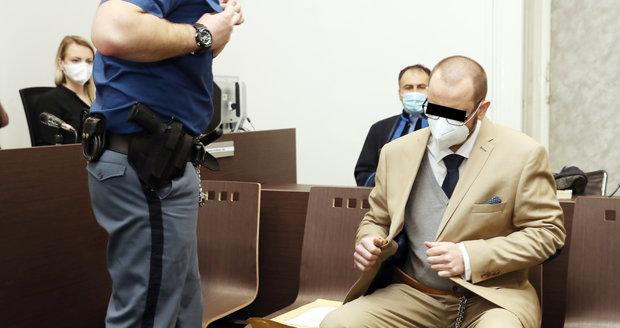 Soud začal projednávat kauzu Tomáše N., který podle obžaloby před rokem ubodal v pražském bytě 21 ranami svou přítelkyni a následně ji okradl o věci za více než půl milionu korun.