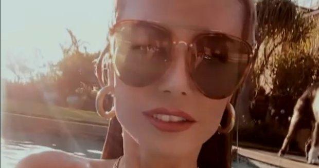 Heidi Klumová si v bazénu prsa přikrývala rukou