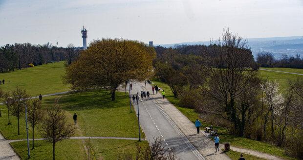 Dubnové počasí v Praze je kolikrát jako na houpačce. Jeden den prší, druhý sněží, a třetí svítí sluníčko - a lidé vyrážejí do parků a zahrad. (11. duben 2021)
