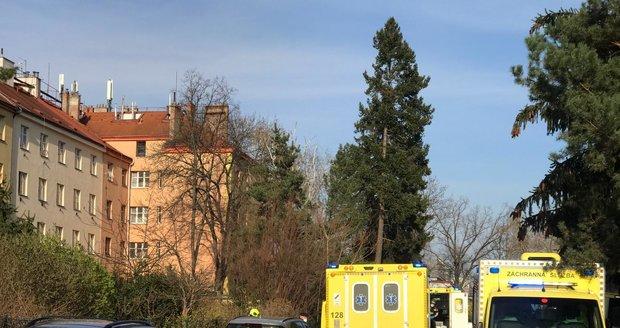 V Černokostelecké ulici v Praze zasahovali hasiči u požáru bytu ve třetím bytě. Na místě jsou zranění. (11. duben 2021)