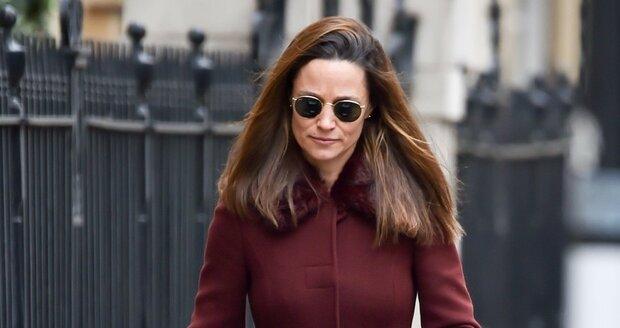 Pippa Middletonová vozí dcerku v kočárku po synovi