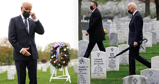 Emotivní prezident na hřbitově: Myslí na mrtvého syna. Mezi hroby přiznal Biden problém