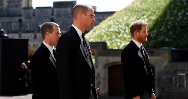 Princové William a Harry v procesí za zesnulého Philipa