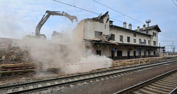 Demolice nádražní haly ve Vysočanech (18. dubna 2021).