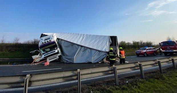 Nehoda náklaďáku a dodávky na Pražském okruhu (20. dubna 2021).