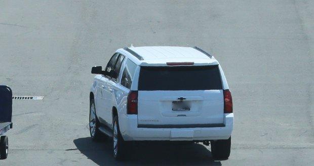 Harryho po vystoupení z letadla vyzvedlo bílé SUV a dopravilo ho k soukromému terminálu
