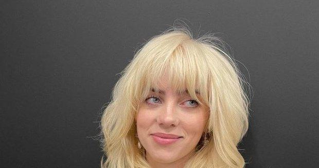 Billie to jako blondýnce sluší