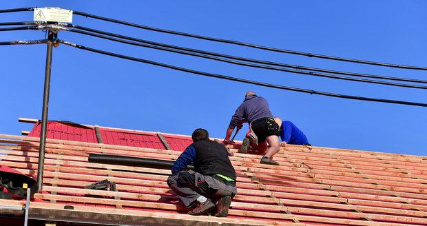 Takhle vypadá domek  nyní. Tašky jsou  položené a střecha má  dokonce po 15 letech  i střešní okna.