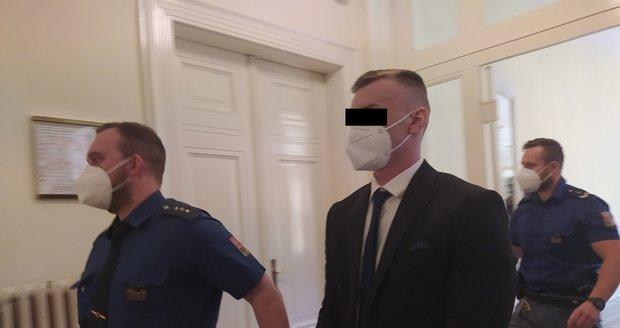 Obžaloba viní Jana B. z vraždy jeho kamaráda Petera S. Ten nepopírá, že mezi nimi došlo k neshodám, že by jej ale usmrtil a jeho tělo vhodil do kanálu, odmítá. Hrozí mu až výjimečný trest. (26. duben 2021)