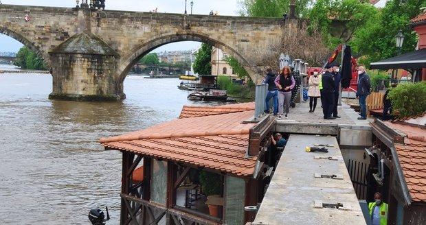 Zavírání vrat Čertovky kvůli hrozbě povodní. (14. května 2021)