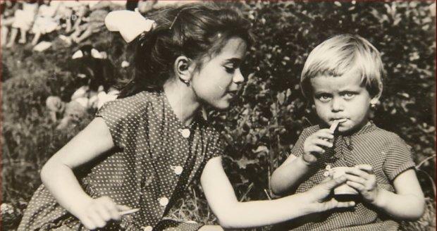 Libuše Šafránková s mladší sestrou Miroslavou Šafránkovou v dětství