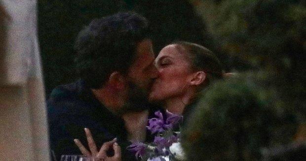 Jennifer Lopezová a Ben Affleck nachytáni při líbačce.