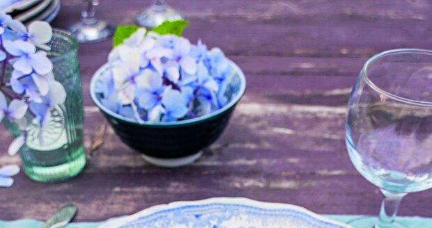 Vylaďte své venkovní stolování. Prostřete parádní modro-bílý porcelán a ozdobte jej namodralými kvítky.