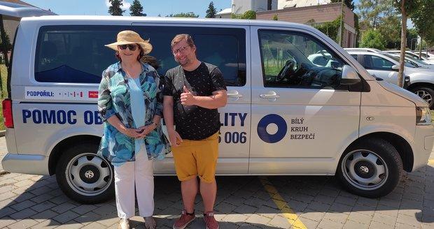 Petra Vitoušová, prezidentka Bílého kruhu bezpečí s kmotrem mobilní poradny, hercem Michalem Isteníkem.