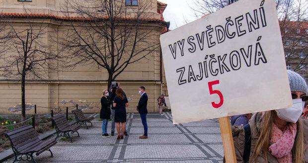 Kvůli nedostatku míst ve školách se na Praze 5 i demonstrovalo