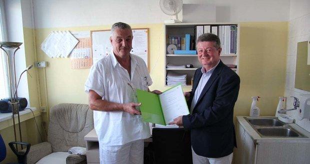 Ředitel Nemocnice TGM Hodonín Antonín Tesařík (vpravo), jmenoval Michala Kopeckého primářem gynekologie v roce 2019.