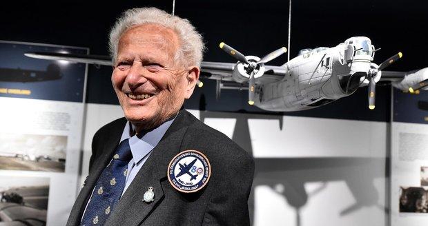 Ve věku 96 let zemřel válečný veterán Tomáš Lom (na snímku z 30. července 2020), byl příslušníkem čs. bombardovací perutě britské RAF.