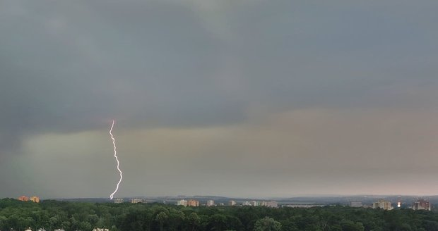 Bouřka zachycená na sídlišti v Ostravě-Hrabůvce.