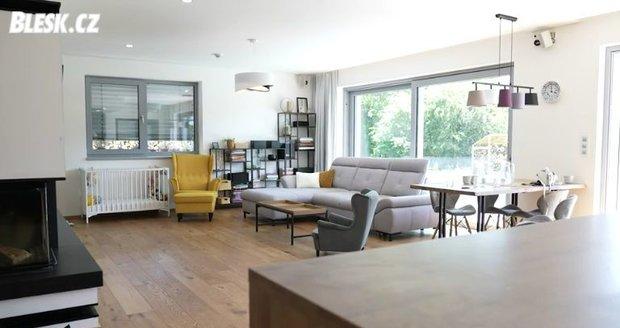 Prostorný obývací pokoj.