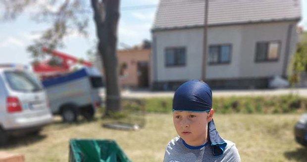 Jakub Burdzinski (8) rozváží v Hruškách v kárce jídlo a pití pro lidi zasažené tornádem.