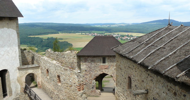 Hrad Točník, dvůr a věžová brána