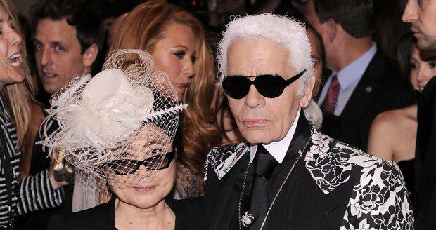 Zpěvačka Yoko Ono s módním návrhářem Karlem Lagerfeldem