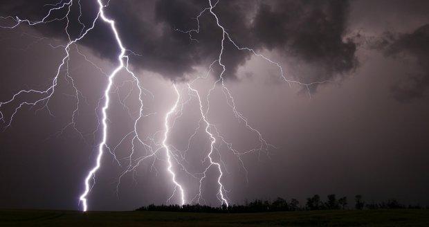 Hrozí silné bouřky s lijáky i krupobitím, varují meteorologové. Sledujte radar