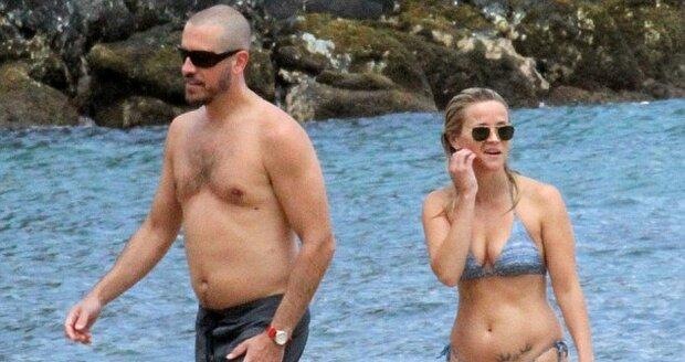 Reese s manželem Jimem na pláži