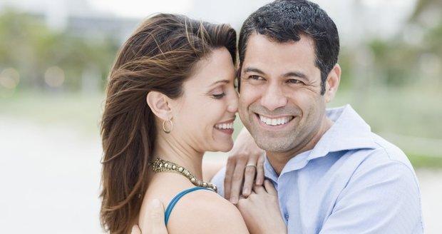 Mužům stačí chvilka, ženy potřebují více času na to, aby zjistily, že našly toho pravého