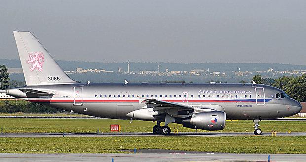 Čeští poslanci jako cvičný cíl. Letadlo s nimi doprovázely švýcarské stíhačky