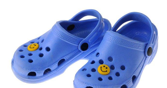 Pohodlné crocsy si Češi zamilovali. Podle ortopedů ale tato obuv ničí prsty  u nohou. cd4ef7ac059