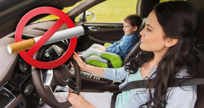 Dívka kouření v autě