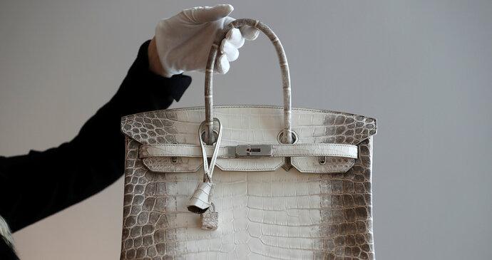 b58da33c24 Kabelka Birkin z krokodýlí kůže osázená diamanty se prodala za 300 tisíc  dolarů.