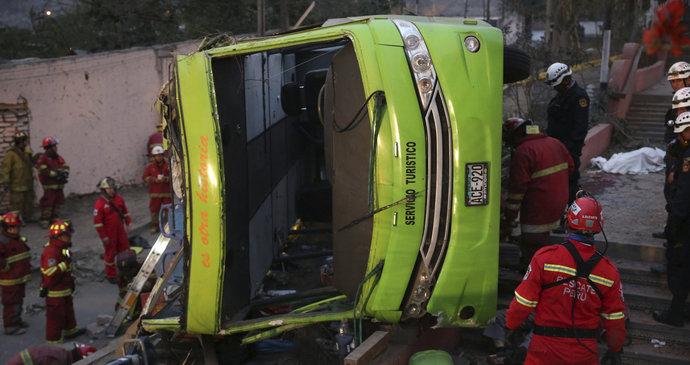 Autobus se zřítil do rokle: Nejméně 15 mrtvých a 14 zraněných při tragédii v Peru