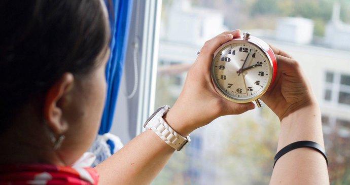 Lidé si střídání letního a zimního času berou na paškál už pěknou řádku let.