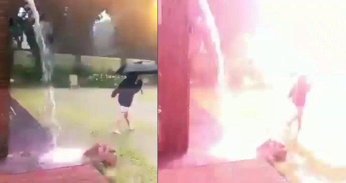 Bílá kočička v prdeli černou