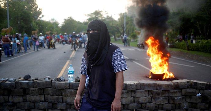 45632b3b844 Demonstranti na prostest proti plánům prezidenta Ortegy snížit důchody  zablokovali řadu silnic. Takové nepokoje už