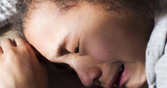 Černá dívka s telefonem