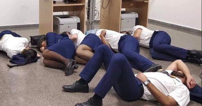 a2b38207a9bb3 Posádka Ryanair musela údajně spát na zemi, protože firma jí nezajistila  hotel.