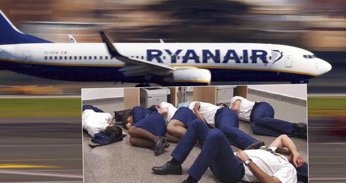 71c79442b1775 Posádka si fotkou vykoledovala průšvih. Posádka Ryanair musela údajně spát  na zemi ...