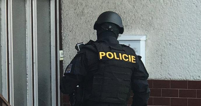 Noční zátah kvůli bojům na Ukrajině: Česká policie zadržela 5 lidí podezřelých z podpory terorismu