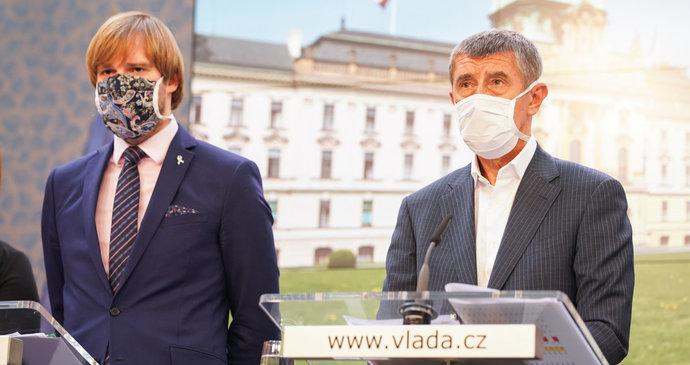 Koronavirus ONLINE: 353 mrtvých v ČR, nakažený v okolí Babiše. Uzavřít Karvinou Vojtěch nechce