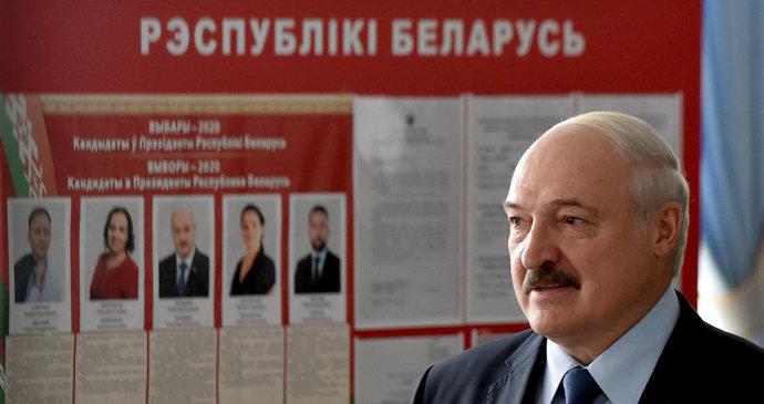 Lukašenko vyhrál prezidentské volby i po šesté, podle průzkumu získal čtyři z pěti hlasů