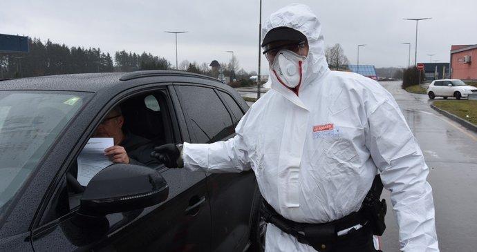Koronavirus ONLINE: Respirátory zůstávají. A do Německa už jen s potvrzenou bezinfekčností