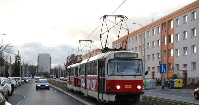 Tramvaj ve Vršovicích srazila chodkyni (77)! Zůstala zaklíněná pod koly vozu, je ve vážném stavu