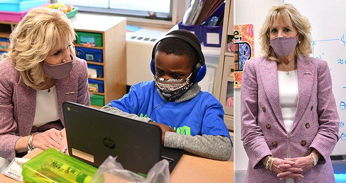 První dáma se vrátila do školy! Bidenová v růžovo-bílé kombinaci okouzlila studenty